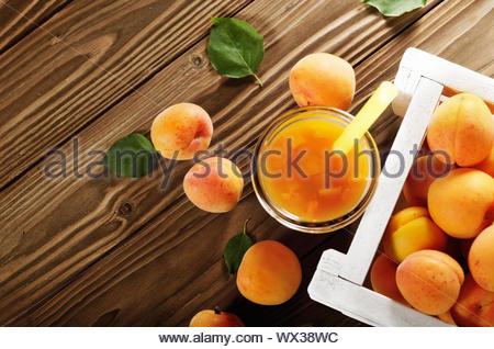 Aprikose Smoothie in Mason jar und Kiste auf Holztisch. Ansicht von oben - Stockfoto
