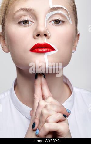 Beauty Fashion Porträt einer jungen Frau. Frauen mit einer ungewöhnlichen kreativen Make-up Gesicht Paintin. - Stockfoto