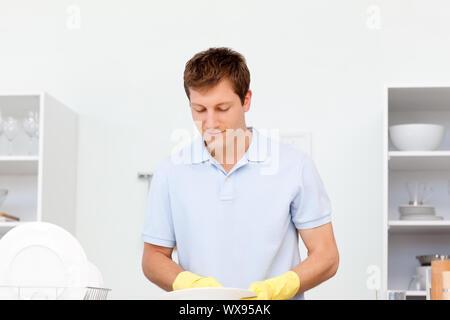 Mann beim Abwasch in der Küche - Stockfoto