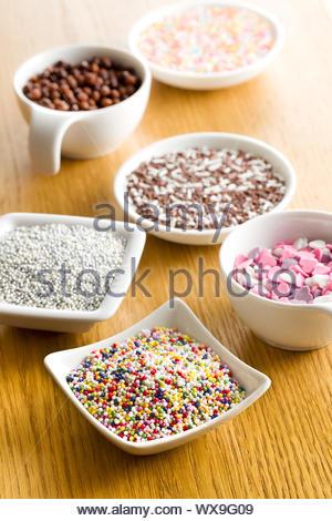 bunten Süßigkeiten Streusel in Keramikschale - Stockfoto