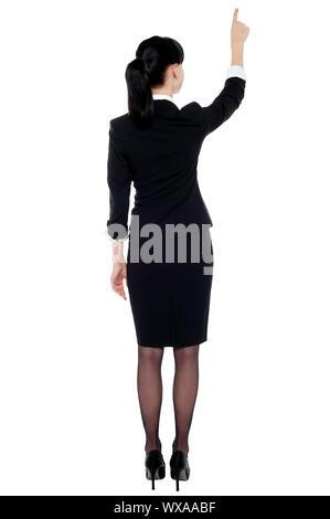Professionelles corporate Dame zeigt auf Kopie-Space-Bereich. In voller Länge portrait - Stockfoto