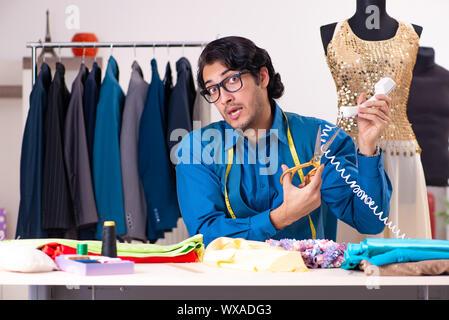 Junge männliche Schneider in der Werkstatt arbeiten - Stockfoto