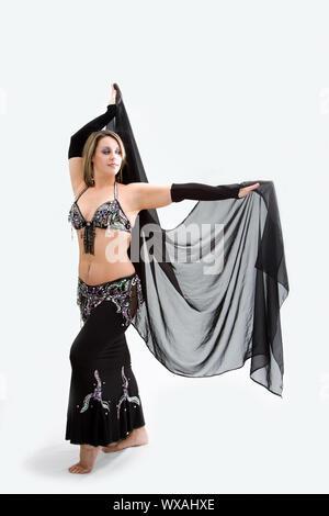 Schönen Bauchtänzerin im schwarzen Outfit mit Schleier, isoliert - Stockfoto