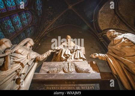 Chapelle Saint Marcel in Notre-Dame de Paris enthält das Denkmal du Kardinal De Belloy, 1818 erstellt. Kardinal Jean-Baptiste de Belloy (1709-1808 - Stockfoto