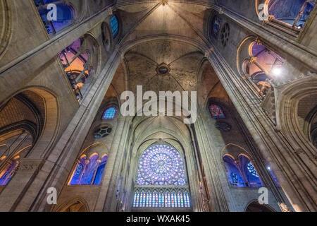 Interieur von Notre-Dame de Paris, mittelalterlichen gotischen Kathedrale in Paris, Frankreich, ein paar Wochen vor der Zerstörung durch Feuer - Stockfoto