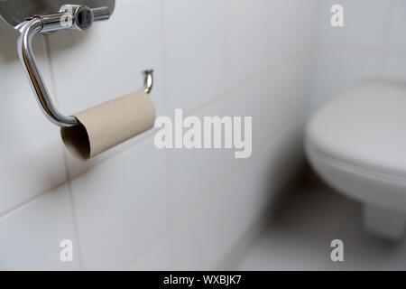 Blick auf Toilette mit Pech, dass die WC-Papier - Stockfoto