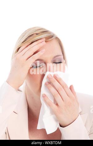 Krank mit Fieber und Schüttelfrost Leiden von der saisonalen Grippe ihre Hand auf ihre Stirn als Sie hält ein Taschentuch, Sie zu stoppen, laufende Nase - Stockfoto