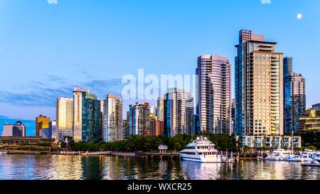 Sonnenuntergang über der Hochhäuser, die Form, die Innenstadt und die Kohle Hafen Skyline. Von einem Hafen Kreuzfahrtschiff im Hafen von Vancouver BC gesehen - Stockfoto