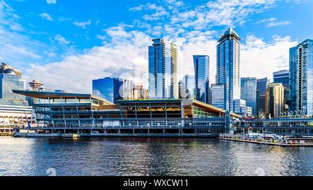 Wasserflugzeug Terminal und Hochhäusern der Innenstadt und Coal Harbour Skyline. Von einem Hafen Kreuzfahrtschiff im Hafen von Vancouver, BC gesehen - Stockfoto