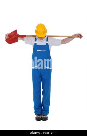 Mann mit Schaufel über seinen Rücken - Stockfoto