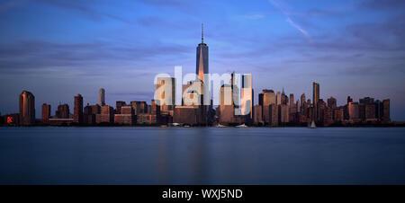 Skyline von One World Trade Center und Battery Park City Esplanade bei Dämmerung, Manhattan, New York, United States - Stockfoto
