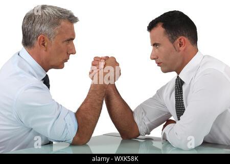 Unternehmer-Armdrücken - Stockfoto