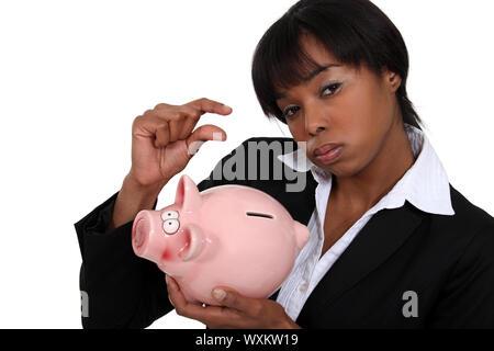 Geschäftsfrau mit einem Sparschwein - Stockfoto
