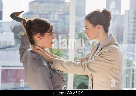 Unternehmerinnen mit einem heftigen Kampf in ihrem Büro - Stockfoto