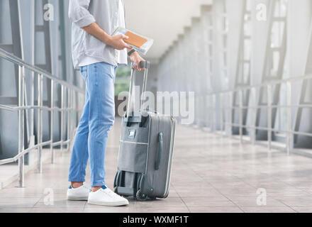 Männliche Touristen mit Gepäck und Verpflegung Dokumente warten auf Flug - Stockfoto