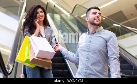 Glückliches Paar Ausgabe Zeit in der Shopping Mall - Stockfoto