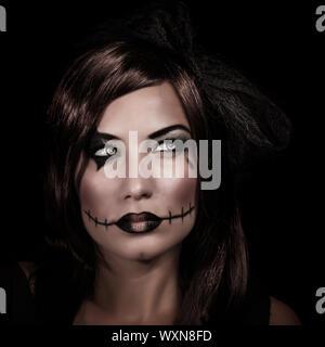Beängstigend Frau Porträt isoliert auf schwarzem Hintergrund, Mystery Nacht, erschreckende Make-up, gruselige Zombie, junge Hexe, Halloween-Party-Konzept - Stockfoto