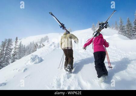 Skitourengeher Wandern bis eine Steigung - Stockfoto