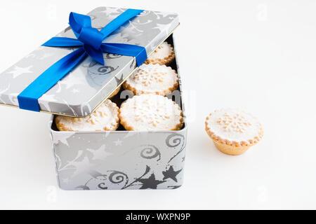 Nahaufnahme von mince pies in cookie Zinn auf weißem Hintergrund. - Stockfoto