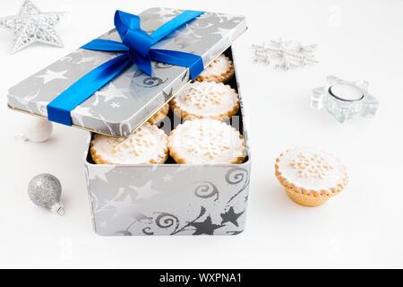 Nahaufnahme der Torten in cookie Zinn mit Weihnachten Dekoration auf weißem Hintergrund hacken. - Stockfoto