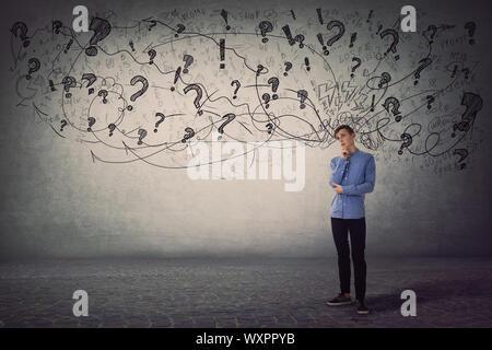 Traurig und nachdenklich jugendlich Kerl, Hand, Kinn, hat keine Ideen für die Funktion, die in Verzweiflung. Jugendliche, negative Gefühle und denken Konzept, Verwirrung in
