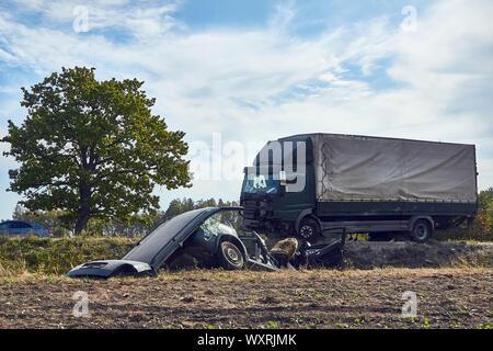 Svetciems, Lettland, 29. August 2019: Unfall auf einer Straße, Auto Kollision mit einem schweren Lkw - Stockfoto