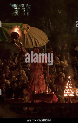 Ein Anhänger ist in Ganga Aarti in Varanasi vertieft - Stockfoto