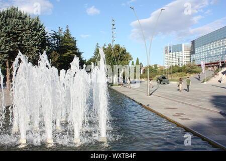 Brunnen in der Nähe des Museums in der Evolution des Menschen spielen in Burgos, Kastilien und Leon, Spanien. - Stockfoto