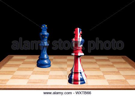 Konzeptionelle Image der Europäischen Union und Großbritannien (Union Jack) Flags als zwei Schachfiguren einander zugewandt, England, Großbritannien - Stockfoto
