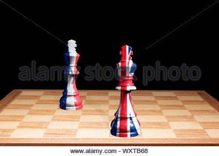 Konzeptionelle Bild der französischen Trikolore & Großbritannien (Union Jack) Flags als zwei Schachfiguren einander zugewandt, England, Großbritannien - Stockfoto