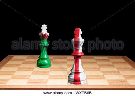 Konzeptionelle Bild der England George Cross & Wales Red Dragon Flags als zwei Schachfiguren einander zugewandt, England, Großbritannien - Stockfoto