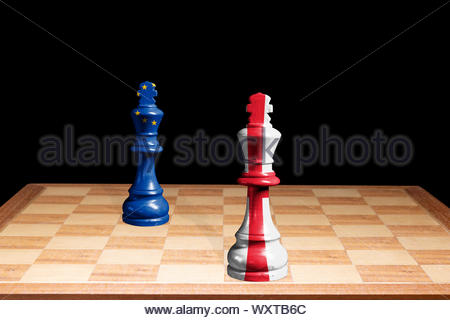 Konzeptionelle Bild der England George Cross & Europäische Union Flaggen als zwei Schachfiguren einander zugewandt, England, Großbritannien - Stockfoto