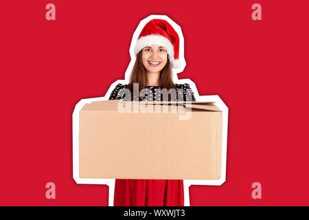 Fröhliches glückliches Mädchen in Weihnachten hat einen großen Karton mit blauer Schleife. Zeitschrift collage Stil mit trendigen Farbe Hintergrund. Feiertage conce - Stockfoto