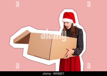Schockiert und hübsche junge Frau mit offenen großen Karton Geschenkkarton überrascht. Zeitschrift collage Stil mit trendigen Farbe Hintergrund. Feiertage Konzept. - Stockfoto