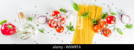 Traditionelle Zutaten Essen spaghetti Pasta. Mediterranen italienischen Abendessen Konzept Hintergrund. Trockenteigwaren, Knoblauch, Olivenöl, Basilikum, Tomaten. Weiß - Stockfoto