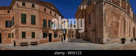 Panoramablick auf den alten Mann mit Stock zu Fuß vorbei Eingang zur Kathedrale von Ciutadella, Menorca - Stockfoto