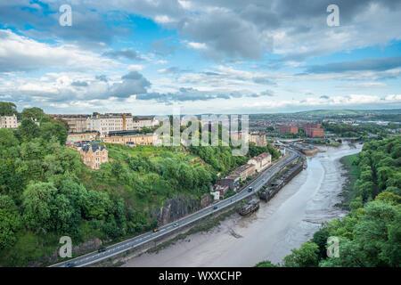 Weitreichende Ausblicke auf den Fluss Avon in Richtung Hotwells von Clifton Suspension Bridge in Bristol, Avon, England, UK.
