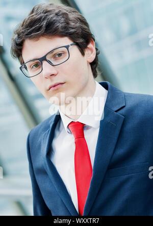 Porträt einer nachdenklich besorgt Geschäftsmann vor seinem Büro - Stockfoto
