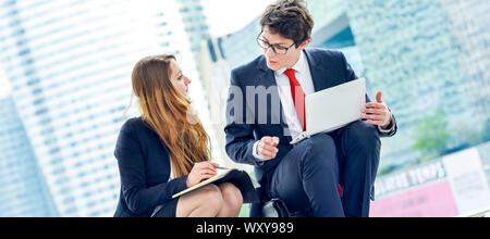 Panoramablick auf Business Junior Menschen außerhalb der Wandern - Stockfoto