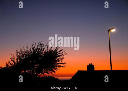 Die Lyme Bay, Großbritannien. 18. September 2019. UK Wetter. Sonnenuntergang über die Lyme Bay, Isle of Portland. Credit: stuart Hartmut Ost/Alamy leben Nachrichten - Stockfoto