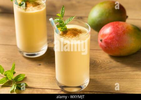 Hausgemachten süßen Indischen Mango Lassi Smoothie mit Minze - Stockfoto