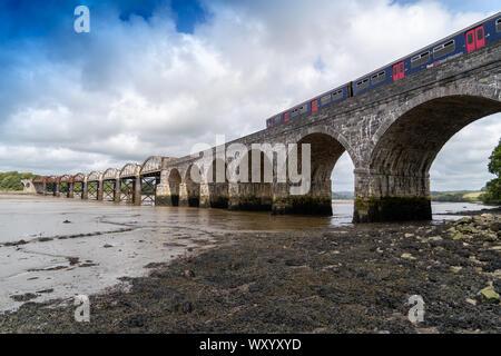 Eisenbahnbrücke über den Fluss Tavy Devon Dartmoor Plymouth für die Tamar Valley Pkw Bahn Mit dem Zug auf der Brücke - Stockfoto
