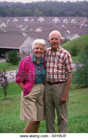 Eine aktive senior paar posiert auf einem Hügel mit Blick auf ihre Pensionierung Gemeinschaft in Maryland Modell veröffentlicht - Stockfoto