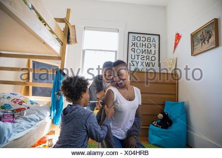 Sohn auf Mutter Arm im Schlafzimmer - Stockfoto