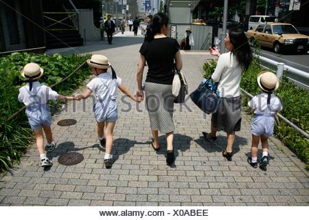 Asien, Japan, Tokio, japanische Schulmädchen in der U-Bahn