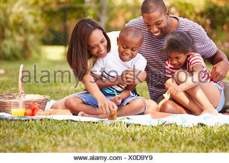 Familie Picknick im Garten zusammen - Stockfoto