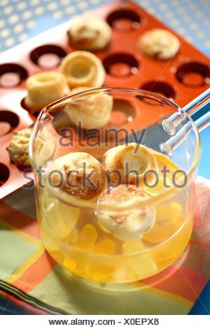 Einweichen der Babas Bouchons im citrus Früchte und Honig Sirup