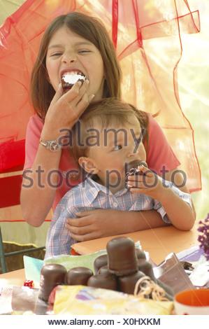 Mädchen essen Analcreme
