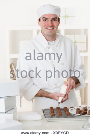 gl cklich m nnlichen chef kochen backen stockfoto bild 82596728 alamy. Black Bedroom Furniture Sets. Home Design Ideas
