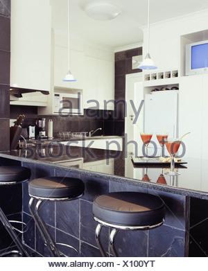 ... Drei Verschiedene Küche Stile Küche Schwarz Raue Schieferplatten An  Wand, Weißen Schränken Und Weiße Küchenmöbel